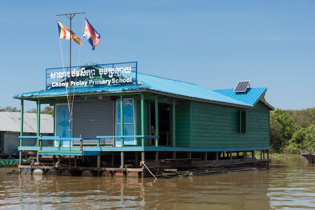 Escola primária no lago tonle sap, kampong phluk, siem reap, camboja Foto Premium