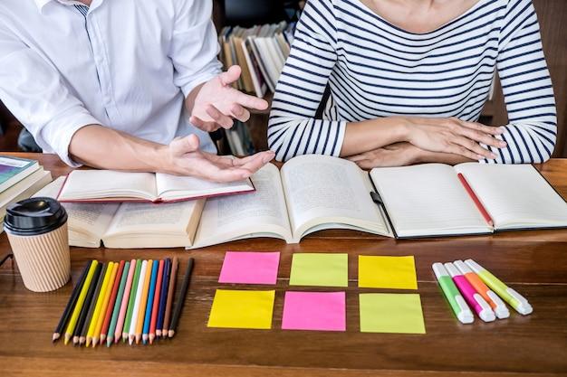Escola secundária ou grupo de estudantes universitários sentado estudando e lendo Foto Premium