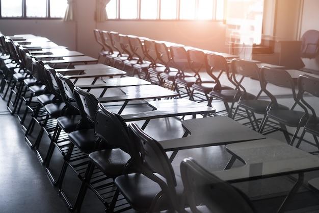 Escola vazia sala de aula ou sala de aula com mesas cadeiras ferro madeira para estudar seminário de lições Foto Premium