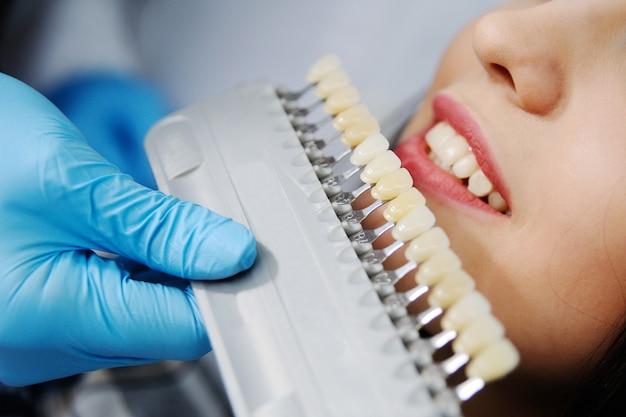 Escolha a cor dos dentes Foto Premium
