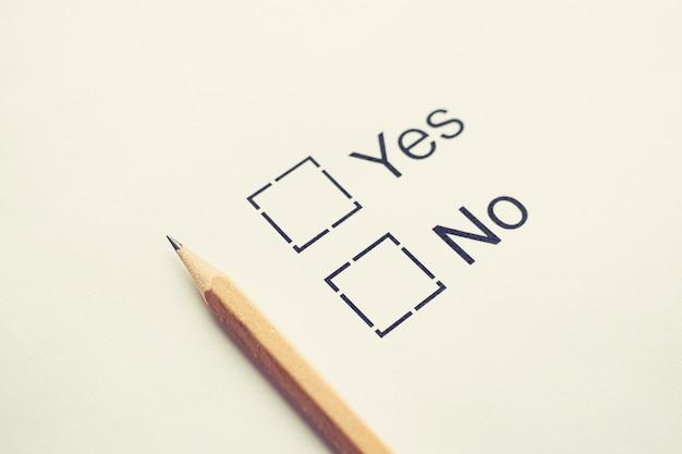 Escolha do voto sim ou não - marque a caixa de seleção em papel branco com lápis. toned. conceito de lista de verificação Foto Premium