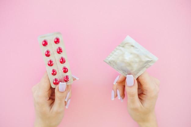 Escolha entre um preservativo e uma pílula Foto Premium