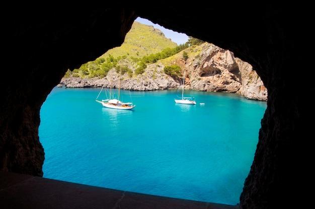 Escorca sacalobra vista da praia da janela da caverna Foto Premium