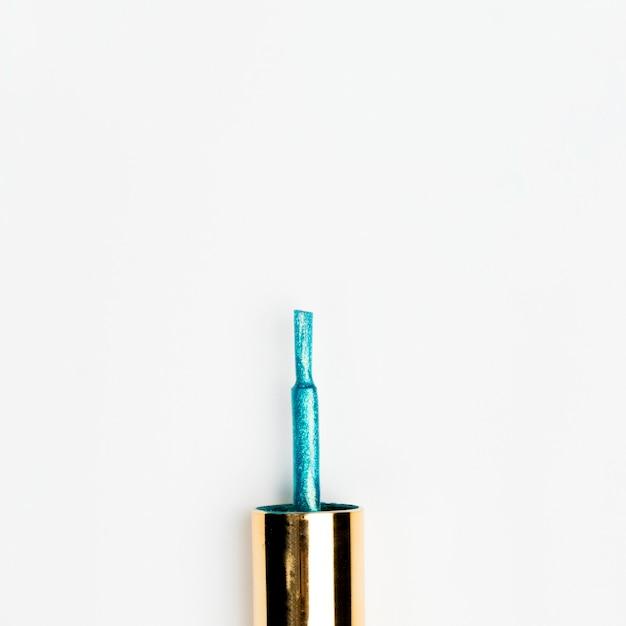 Escova azul do verniz para as unhas do brilho isolada no fundo branco Foto gratuita