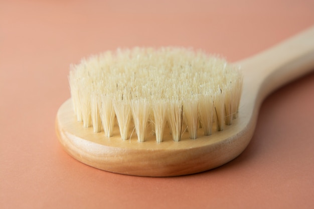 Escova de banho feita de bambu isolado. zero produto residual. nenhum conceito de plástico. Foto Premium