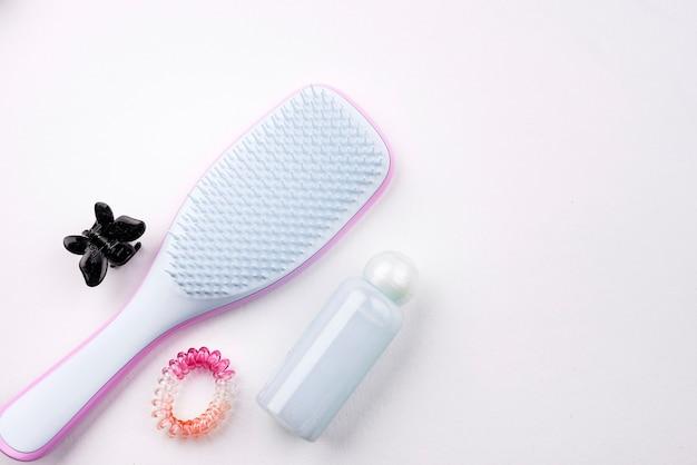 Escova de cabelo com espaço de cópia Foto gratuita