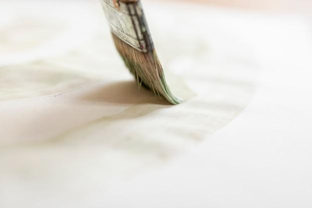 Escova de close-up na folha de papel Foto gratuita