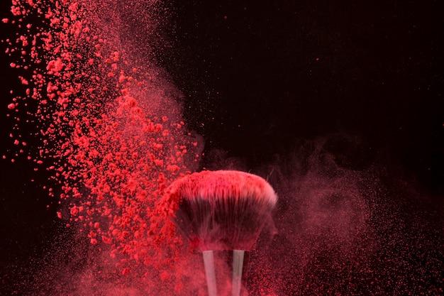 Escova de cor brilhante impressionante e pó em queda Foto gratuita