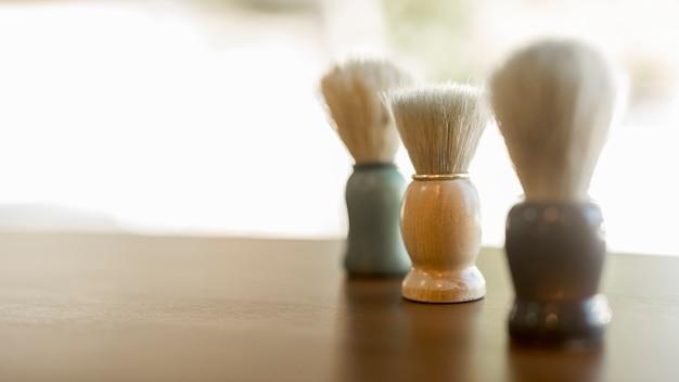 Escova de creme de barbear na mesa Foto gratuita