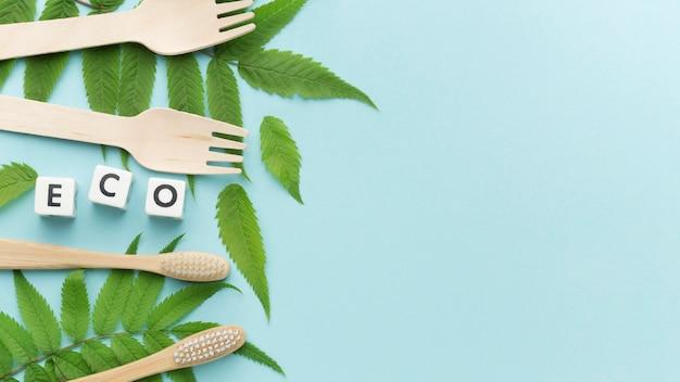 Escova de dentes e garfos ecológicos Foto gratuita