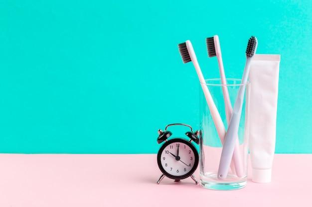 Escova de dentes e pasta de dentes Foto Premium