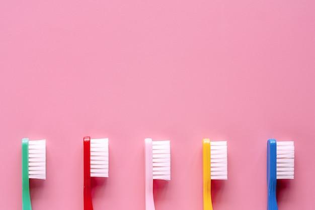 Escova de dentes usada para limpar os dentes no fundo rosa Foto Premium