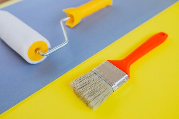 Escova de pintura e rolo isolado, para reparos Foto gratuita