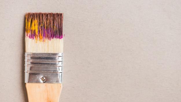 Escova larga com tinta Foto gratuita