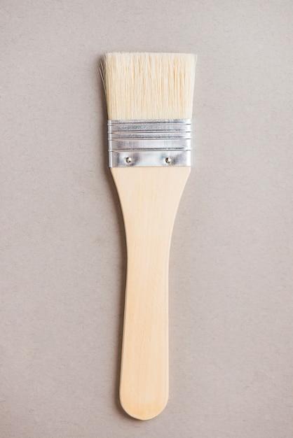 Escova larga para pintura Foto gratuita