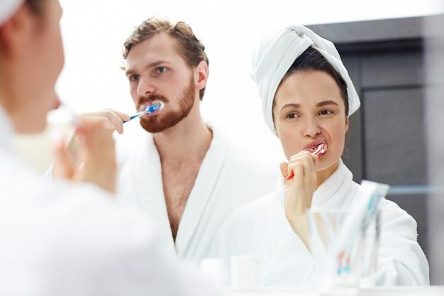 Escovando os dentes Foto gratuita