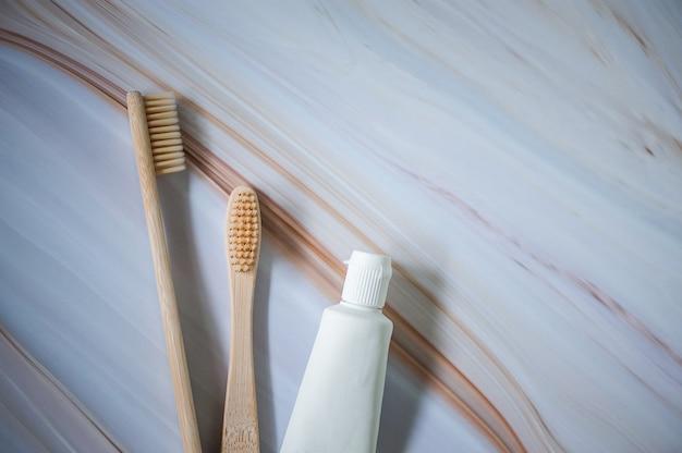 Escovas de dentes de bambu com creme dental natural Foto Premium