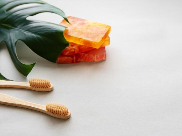 Escovas de dentes de bambu natural Foto Premium
