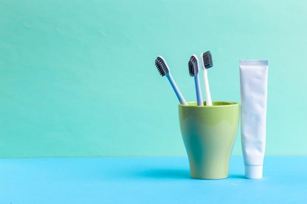 Escovas de dentes em vidro sobre a mesa Foto Premium
