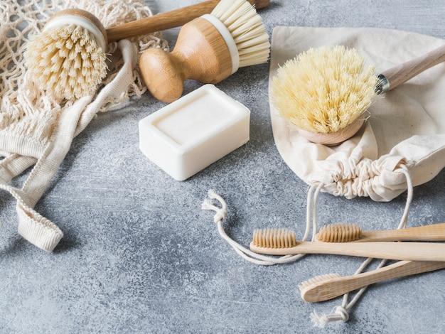 Escovas de lavar louça, escovas de dentes de bambu, sacos reutilizáveis. Foto Premium