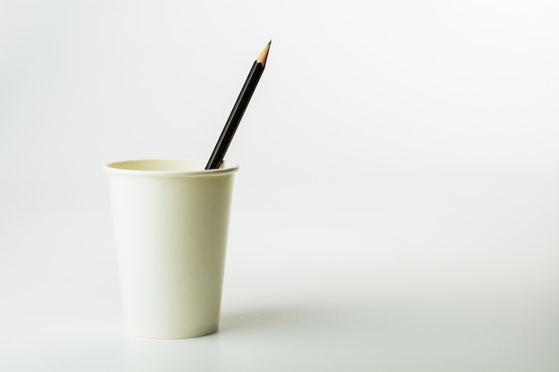 Escreva em um copo de café de papel no fundo branco. Foto Premium
