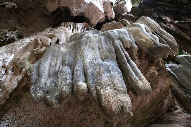 Escrevendo em pedra na caverna por humano inconsciente. Foto Premium