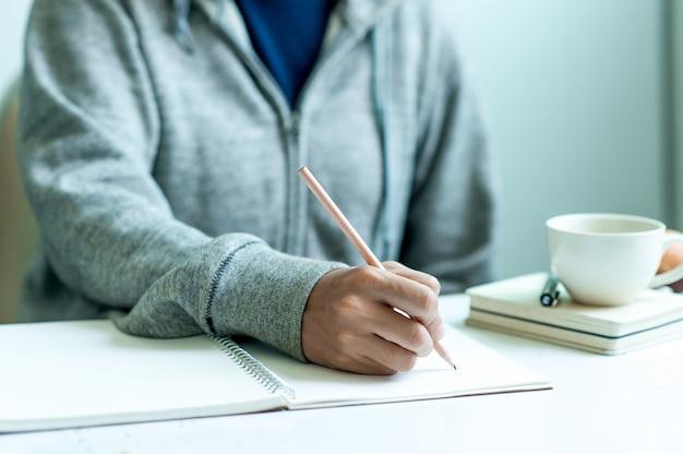 Escrevendo no papel no trabalho na mesa de manhã, idéias de negócios. há espaço para copiar. Foto Premium