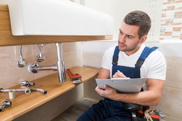 Escrita de técnico sanitário em tablet Foto Premium