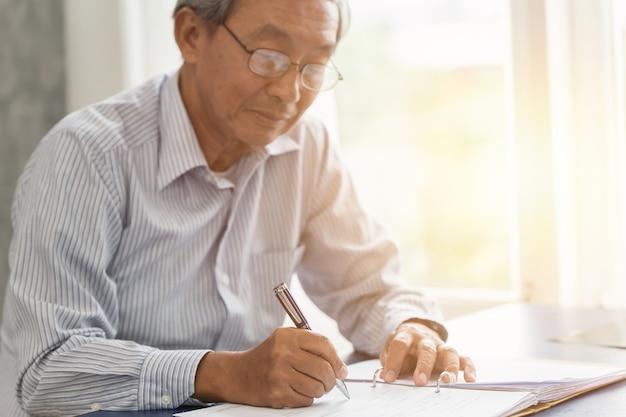 escrita de trabalho superior asiatica da mao ou contrato de seguro do sinal para o conceito futuro 43300 319 - Por que um plano de Previdência Privada é vantajoso?