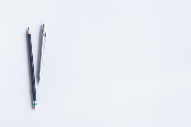 Escritório branco da mesa da vista superior. elementos essenciais de mesa de espaço de trabalho em lay plana. Foto Premium