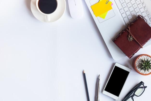 Escritório branco da mesa da vista superior. espaço de trabalho na tabela elementos essenciais na configuração plana. Foto Premium