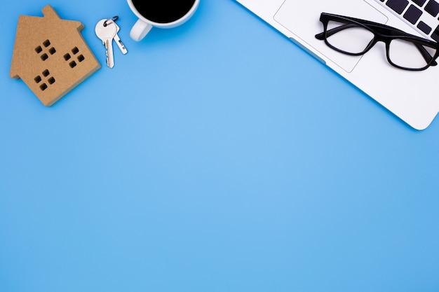 Escritório de mesa azul com laptop, conceito de mesa de escritório venda em casa, Foto Premium