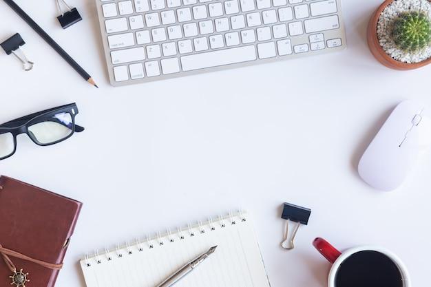 Escritório de mesa branca com elementos Foto Premium
