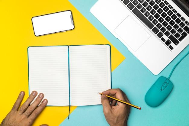 Escritório de mesa vista superior com notebook aberto Foto gratuita
