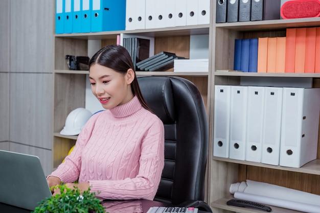 Escritório de trabalho da jovem mulher. Foto gratuita