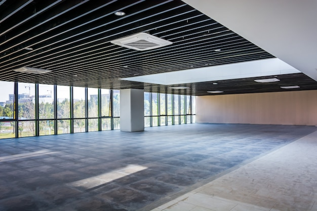 Escritório elegante vazio moderno com janelas e locais de trabalho. mídia mista Foto Premium