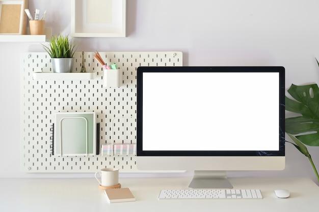 Escritório em casa moderno, maquete em branco tela computador desktop no espaço de trabalho branco Foto Premium