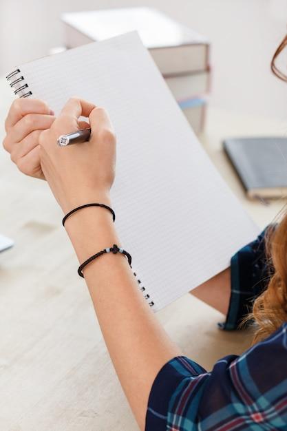 Escritório em casa. mulher na mesa Foto gratuita