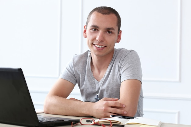 Escritório. homem feliz no trabalho Foto gratuita