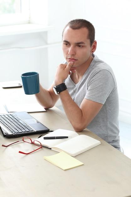 Escritório. homem sério no trabalho Foto gratuita