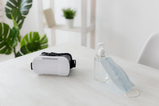 Escritório minimalista com fone de ouvido de realidade virtual Foto gratuita
