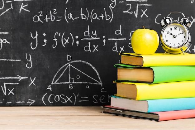 Escrivaninha escolar, com, livros texto, perto, quadro-negro Foto gratuita
