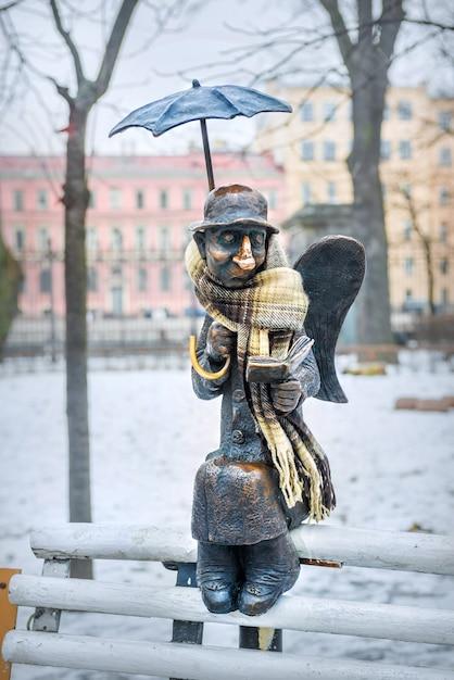Escultura de um anjo em são petersburgo no jardim izmailovsky perto do teatro da juventude em fontanka em um dia nublado de inverno Foto Premium