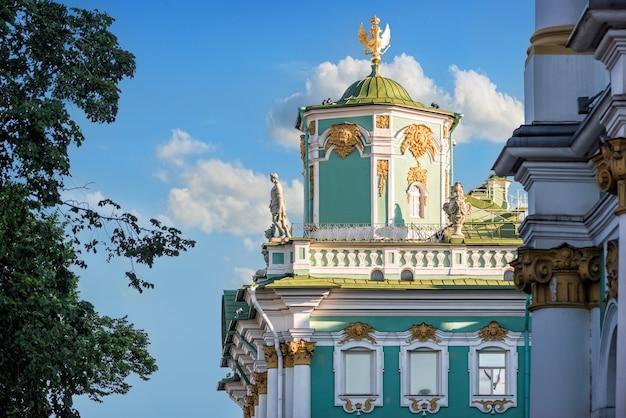 Esculturas e decorações do último andar do hermitage em são petersburgo contra o céu azul Foto Premium