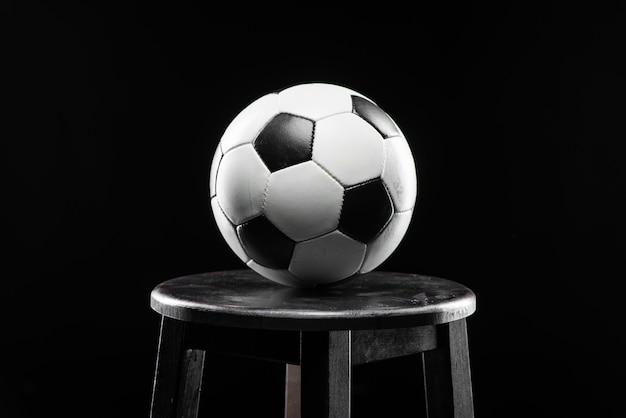 Esfera de futebol clássica no fundo preto | Foto Premium