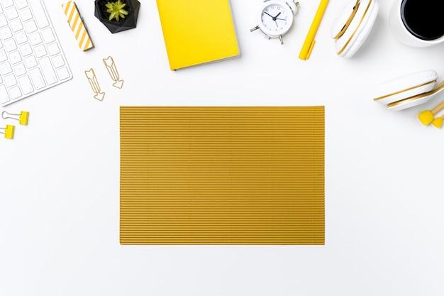 Esfolar a mesa do escritório com fundo branco Foto Premium