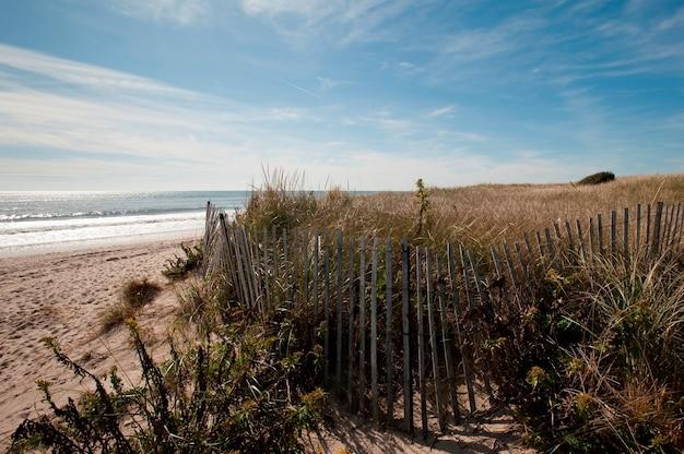 Esgrima ao longo da praia nos hamptons Foto Premium