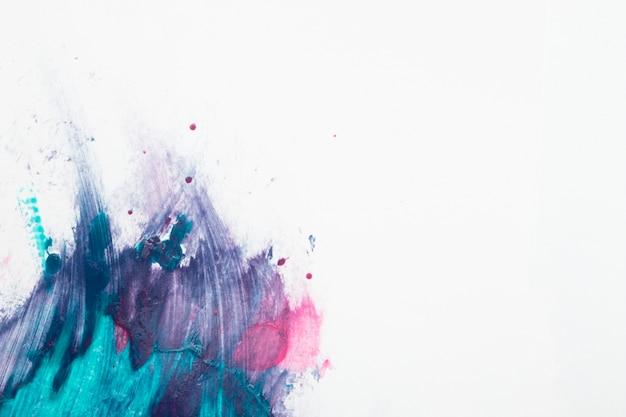Esmalte de unha borrada sobre o pano de fundo branco Foto gratuita