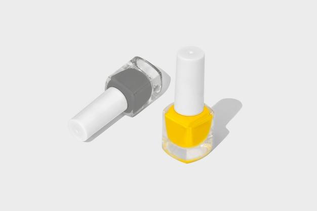 Esmalte de unha isolado no branco. cinza iluminador e ultimate. Foto Premium