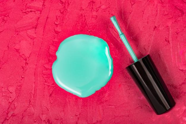 Esmalte líquido em forma de círculo no espaço de maquiagem borrada Foto Premium